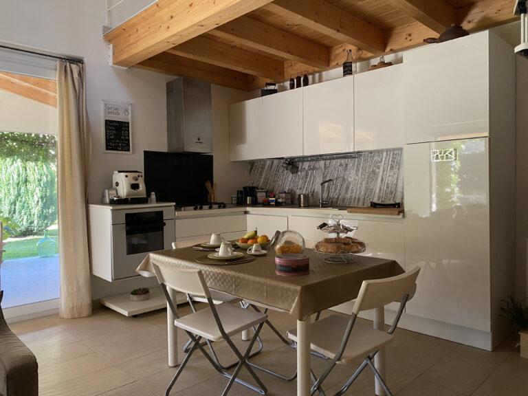 cucina luminosa con tavolo 4 posti e sedie pieghevoli
