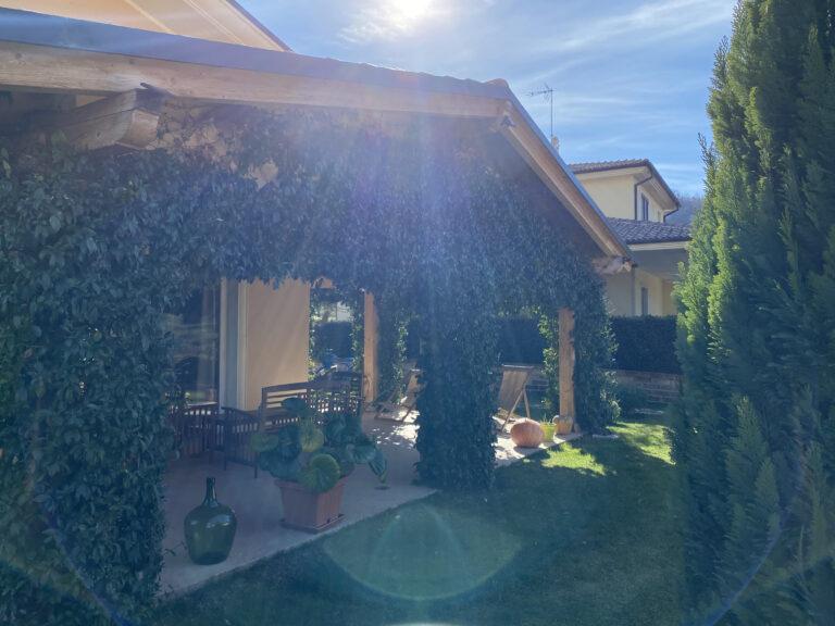 porticato ricoperto di gelsomino con vista su giardino
